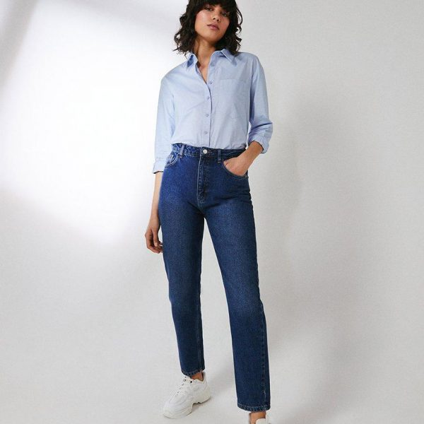 mom fit jeans, blue shirt and white trainers